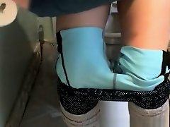 Blonde pulls down her leggings and pees on Watchteencam.com