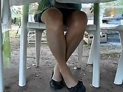sous ma table ses cuisses en bas et ses ballerines on Watchteencam.com