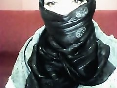 Bored arab hotty in hijab plays on her computer on Watchteencam.com