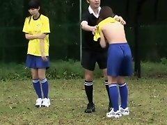 Presentation de 12 joueuses de la coach, une gardienne est mise l'preuve on Watchteencam.com